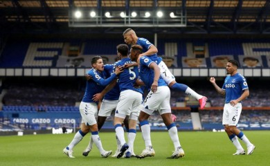 Soccer Football - Premier League - Everton v Liverpool - Goodison Park, Liverpool, Britain - October 17, 2020  Everton's Michael Keane celebrates scoring their first goal with team mates Pool via REUTERS/Catherine Ivill