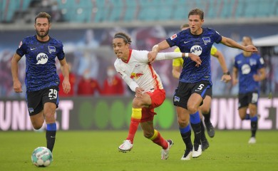 FILE PHOTO: Soccer Football - Bundesliga - RB Leipzig v Hertha BSC - Red Bull Arena, Leipzig, Germany - October 24, 2020 RB Leipzig's Yussuf Poulsen in action with Hertha BSC's Niklas Stark and Lucas Tousart REUTERS/Matthias Rietschel/File photo