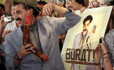 """FILE PHOTO: British actor Sacha Baron Cohen, in character as a Kazakh TV reporter known as 'Borat', holds a boomerang as he mingles with fans in Sydney November 13, 2006 during the Australian premiere of his film """"Borat: Cultural Learnings of America for Make Benefit Glorious Nation of Kazakhstan"""" (Reuters File Photo)"""
