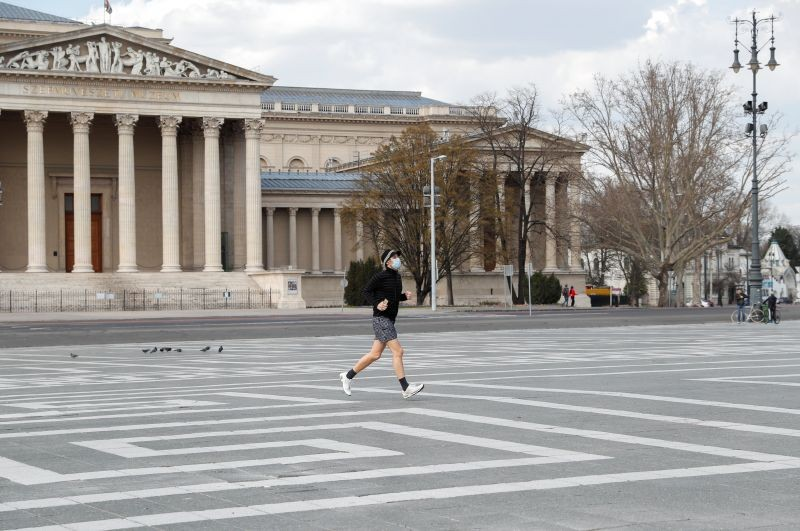 A man wearing a protective face mask runs through an empty Heroes' Square during a curfew restrictions, to prevent the spread of the coronavirus disease (COVID-19), in Budapest, Hungary March 28, 2020. (REUTERS/ File Photo)