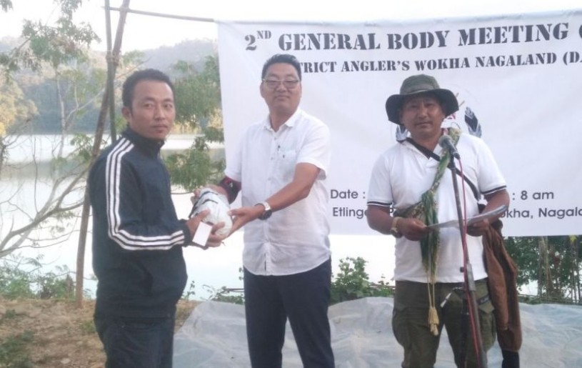 C Hachio Patton, senior Personal Secretary to Deputy CM and Advisor, DAWN handing the first prize to Aphamo Khuvung.