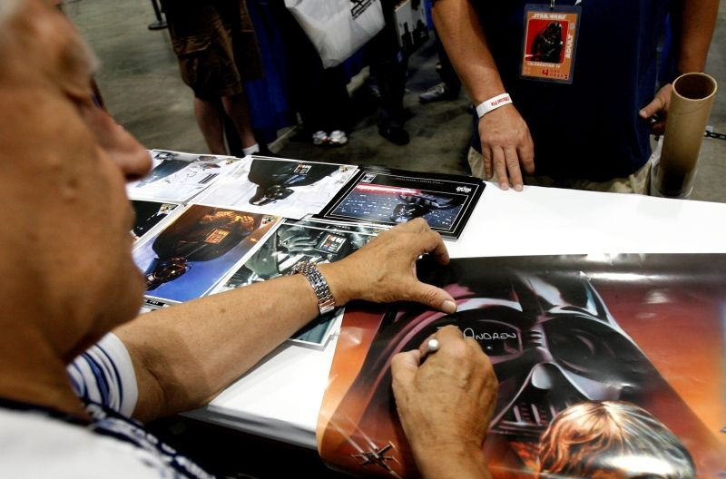"""FILE PHOTO: Actor David Prowse, who portrayed Darth Vader, signs autographs during the opening day of """"Star Wars Celebration IV"""" in Los Angeles May 24, 2007. REUTERS/Mario Anzuoni/File Photo"""