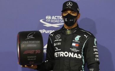 Formula One F1 - Bahrain Grand Prix - Bahrain International Circuit, Sakhir, Bahrain - November 28, 2020 Mercedes' Lewis Hamilton celebrates with an award after qualifying in pole position Pool via REUTERS/Hamad I Mohammed