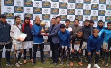 Colo Mero with the men's football champion team Chizami on March 6 at Tsupfume.