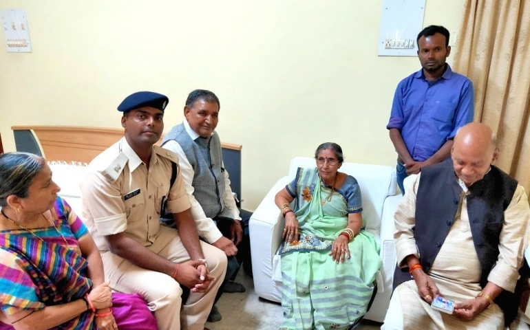 Prime Minister Narendra Modi's wife Jashodaben visited the Kalyaneswari temple at Asansol of West Burdwan district and offered puja, a temple official said on Tuesday.